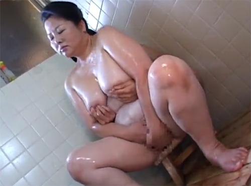 還暦の豊満おばさんがセンズりー.jp風呂場で乱れるウラビデライフ/熟女動画