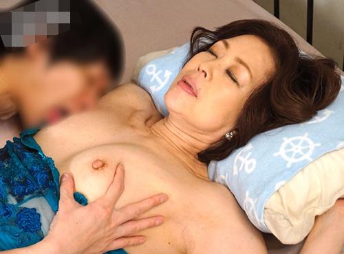 還暦の祖母が孫のチンポ挿入で愛液を溢れ出し失神するアダルト映像