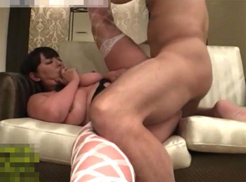 下着の爆nyuu熟女がデカパイを揺らし48手快楽に浸るあだrutobideo無料 人気動画